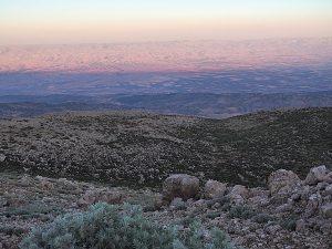 Zwei Bergzüge und eine Hochebene: Libanongebirge, Bekaa-Ebene und im Hintergrund der Anti-Libanon.
