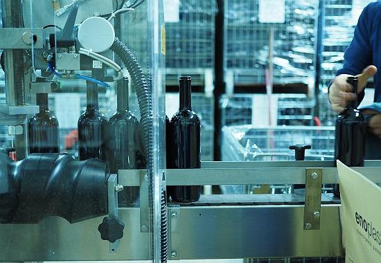 Wein etikettieren und verpacken, eine Etikettiermaschine hilft dabei