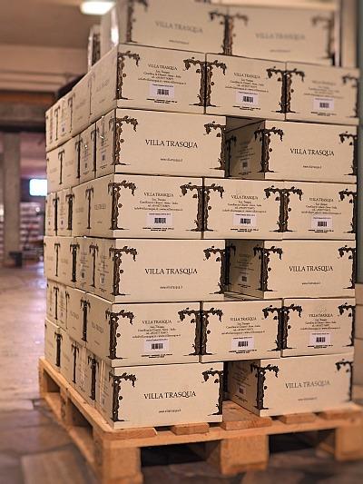 Wein etikettieren und verpacken, hier das Stapeln der Kartons auf der Palette