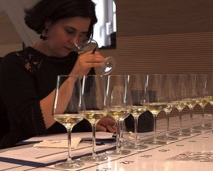 Anne Krebiehl, Master of Wine, beim Verkosten von Ahrwein.
