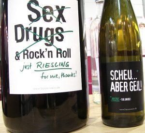 Moderne Etiketten von Emil Bauer und Söhne mit Sprüchen auf den Weinetiketten