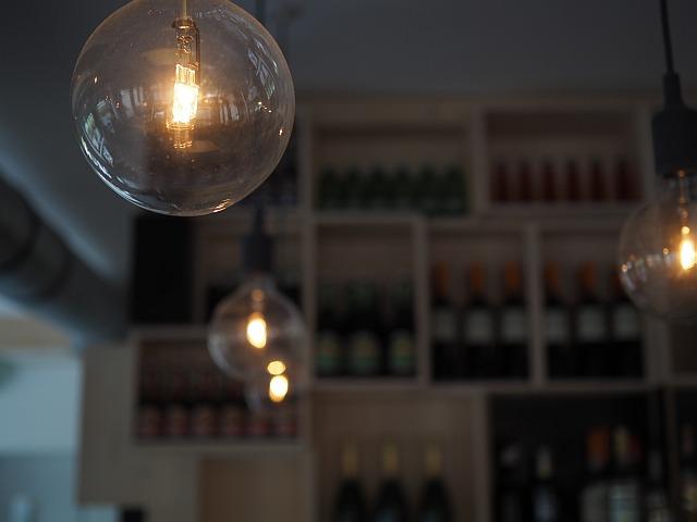 Eine Flasche Wein ist im Bistro günstiger als mehrere Gläser zu nehmen.