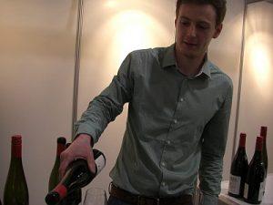 Oliver Gabel schenkt vom Wein-Jahrgang 2015 ein.