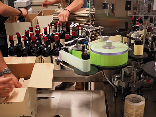 Wein etikettieren und verpacken, das Verpacken geschieht in diesem Fall nicht automatisch