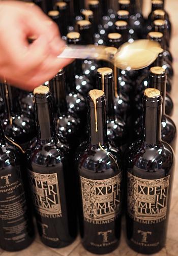Weine etikettieren und verpacken, Veredelung des Flaschenhalses mit Wachs