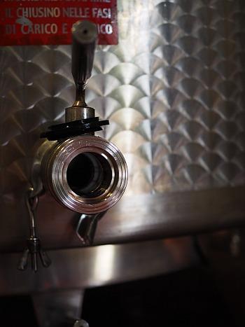 ulkige Arbeiten im Weingut, Edelstahltank reinigen