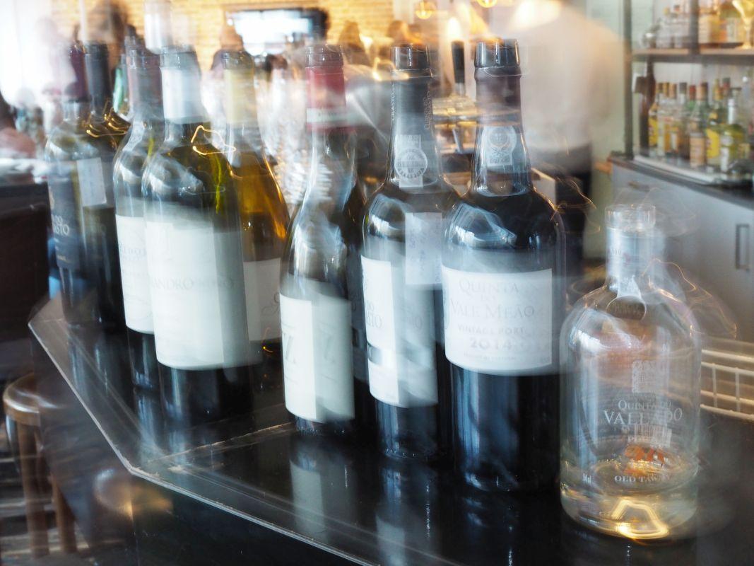 Baudelaire Wein Flaschen unscharf